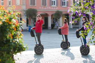 Eine Gruppe Segway-Fahrer überquert den Ludwigsburger Marktplatz